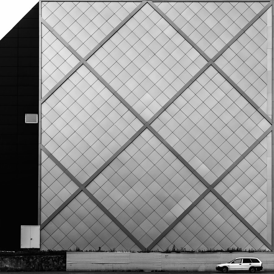 b&w... wall... car... rhomb...