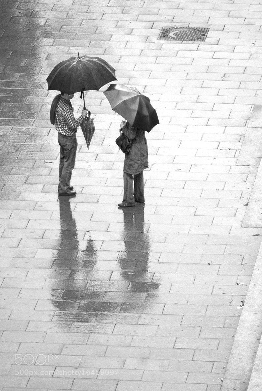Photograph charlando bajo la lluvia by Sonia P. on 500px