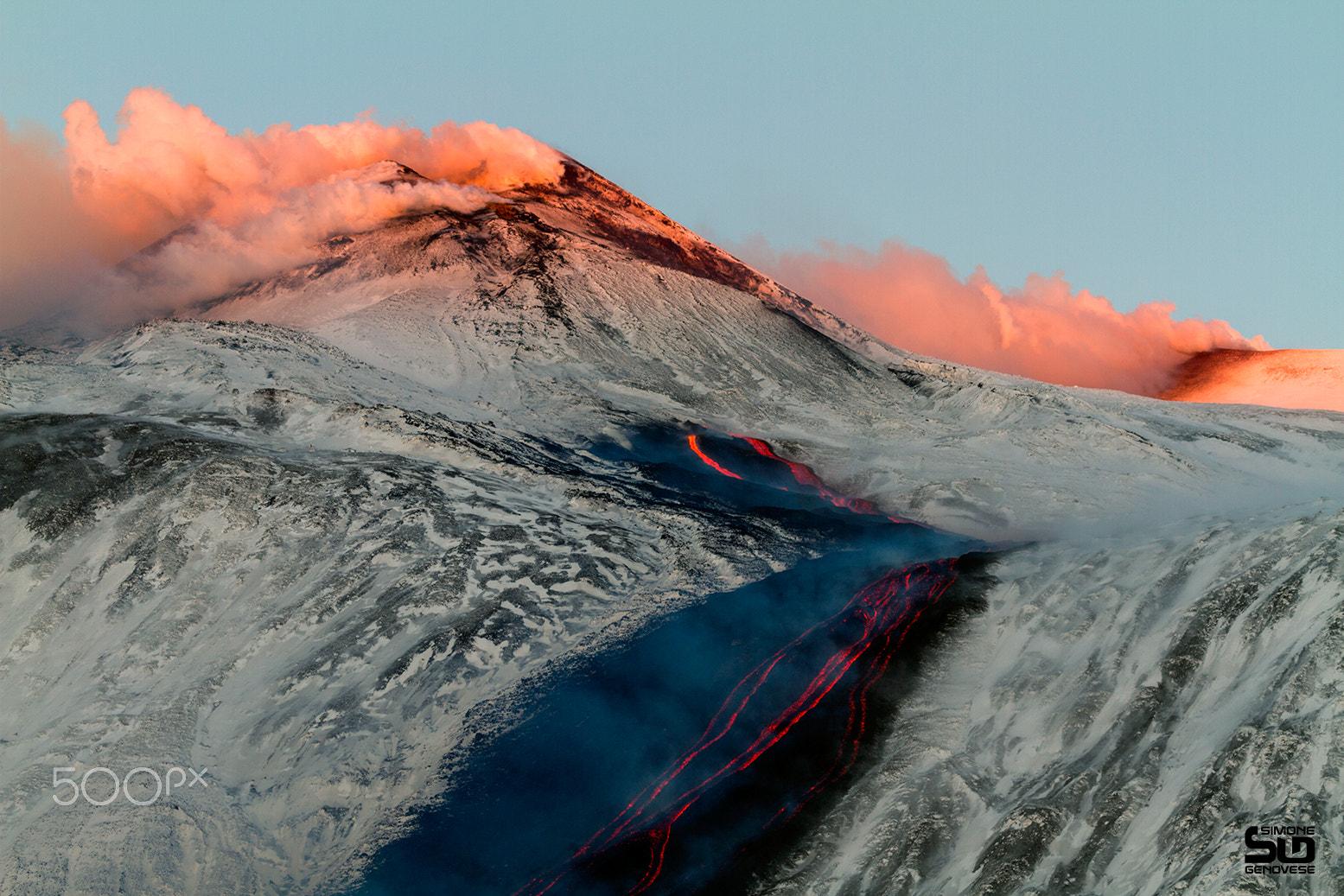 Eruzione vulcanica all'alba
