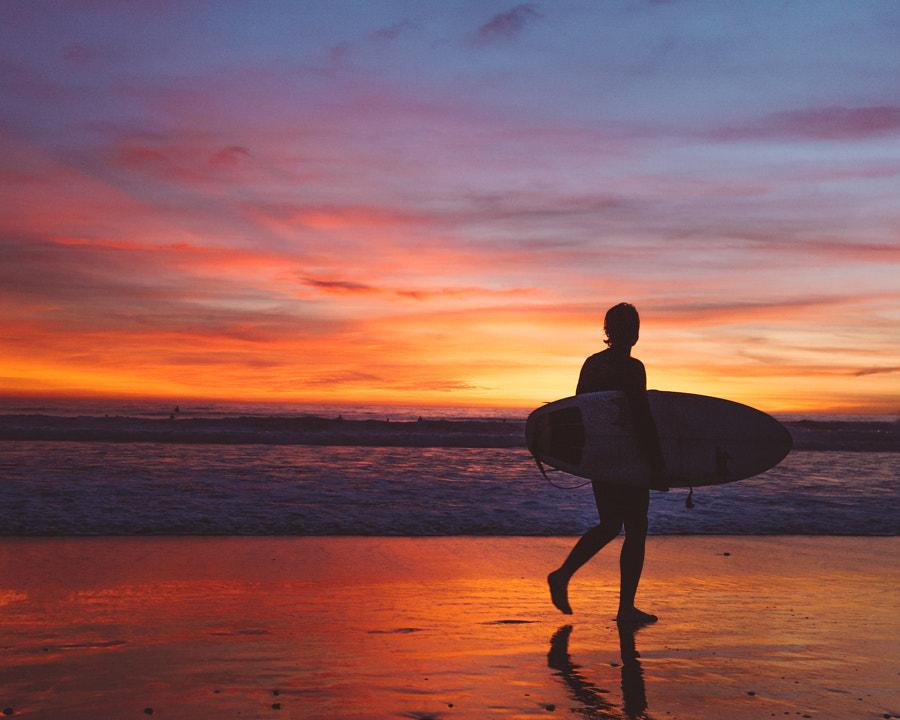 Surfer saat matahari terbenam di Venice Beach oleh Ashley McKinney di 500px.com