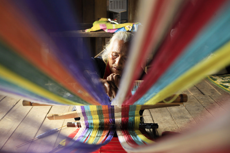 Old lady tribe are weaving with multicolored yarn., автор — KOSIN SUKHUM на 500px.com