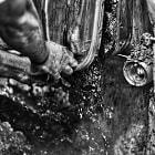 Manos destapando la Cuba donde se coloca la Uva una vez descascarillada.