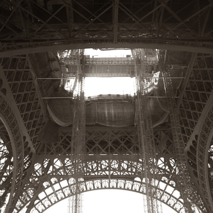Under the Eiffel Tower, Canon DIGITAL IXUS 95 IS