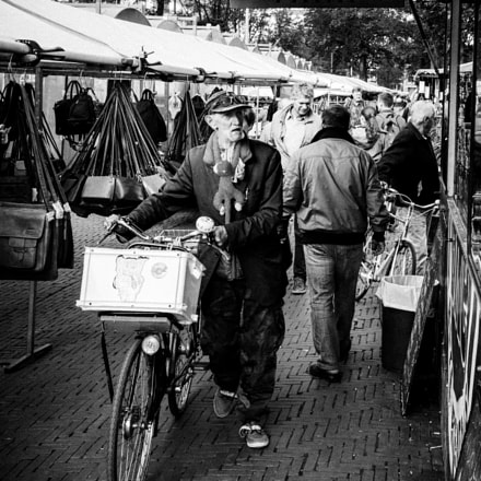 Man with monkey, Canon EOS 500D, Canon EF-S 24mm f/2.8 STM