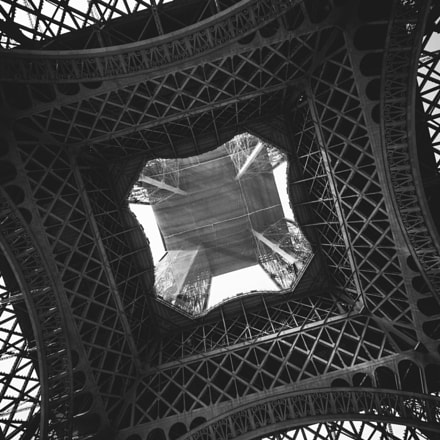 The belly of Eiffel, Canon EOS DIGITAL REBEL XTI, Canon EF-S 10-22mm f/3.5-4.5 USM