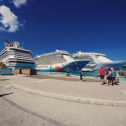 Cruise ships in the, Canon EOS 70D, Sigma 8-16mm f/4.5-5.6 DC HSM