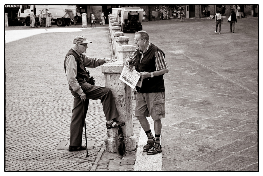 Two old friends have an interesting chat on the Campo, Siena