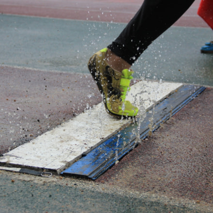 Long Jumper in rainy, Canon EOS KISS X4, Canon EF-S 18-135mm f/3.5-5.6 IS