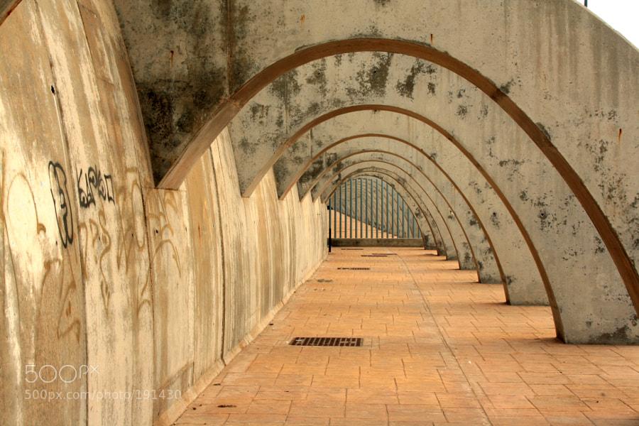 Atardecer en el puerto de Málaga, en otoño. Estos arcos soporta el envite de las olas.