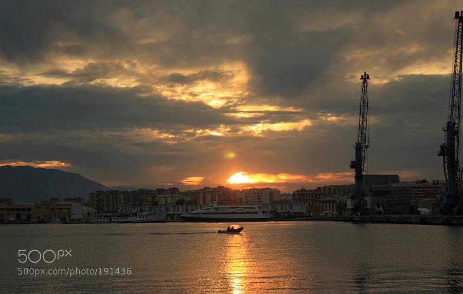 Atardecer y languidecer, en el puerto de Málaga, en otoño.
