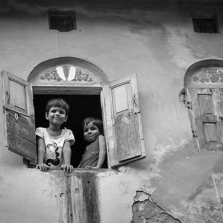 Girls in window, Nikon D300S, Sigma 18-50mm F2.8 EX DC Macro