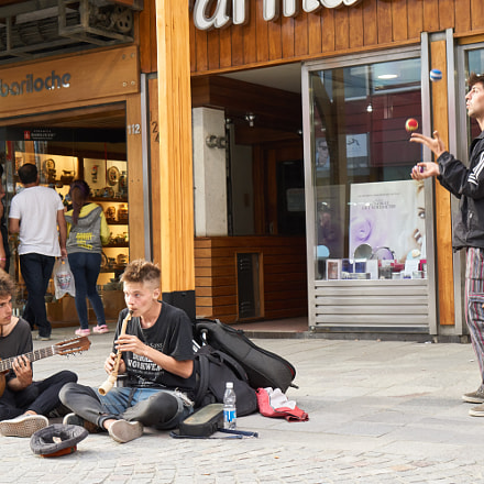 Street Band And Juggler, Sony ILCE-6000, Sony E 35mm F1.8 OSS (SEL35F18)