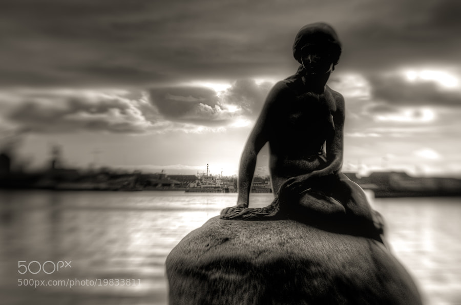 The little mermaid in Copenhagen. Picture taken with a Lensbaby Composer