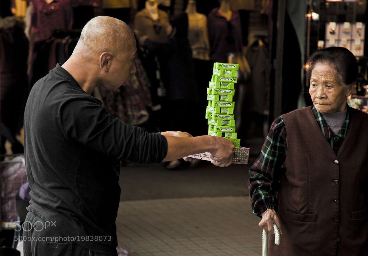 Photograph Sell  the gum that like building blocks by Hanson Mao on 500px