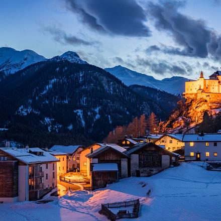 Sparels mit Schloss Tarasp in der blauen Stunde