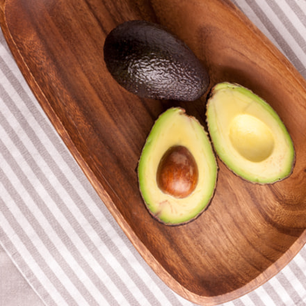 avocado on wooden plate, Canon EOS 500D, Canon EF 40mm f/2.8 STM