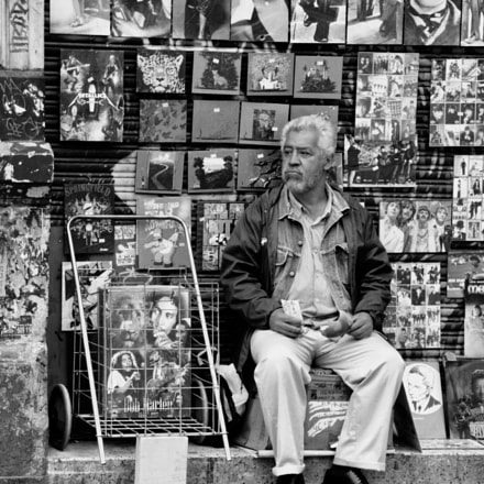 Old man sellin paintings, Canon EOS REBEL T3, Canon EF 75-300mm f/4-5.6 IS USM
