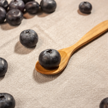 big blueberry in wooden, Canon EOS 500D, Canon EF 40mm f/2.8 STM