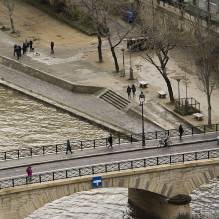 People walking over Seine, Canon EOS REBEL T3, Sigma 150-500mm f/5-6.3 APO DG OS HSM