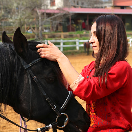 black horse & red girl, Canon EOS 750D, Canon EF-S 18-55mm f/3.5-5.6 IS STM