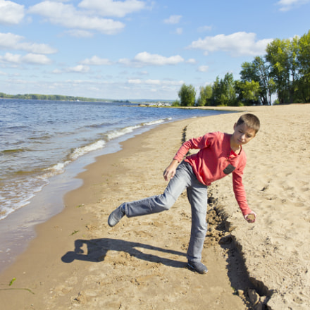 Boy are throwing sand, Canon EOS 60D, Canon EF-S 18-135mm f/3.5-5.6 IS