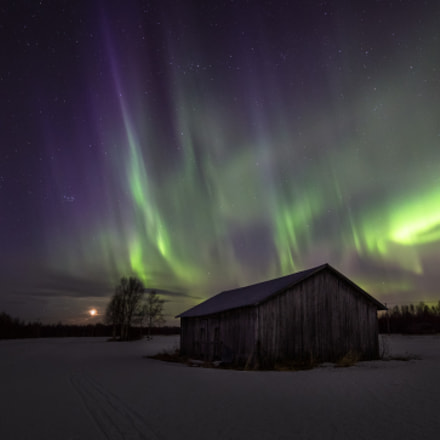 Northern lights, stars and the moon