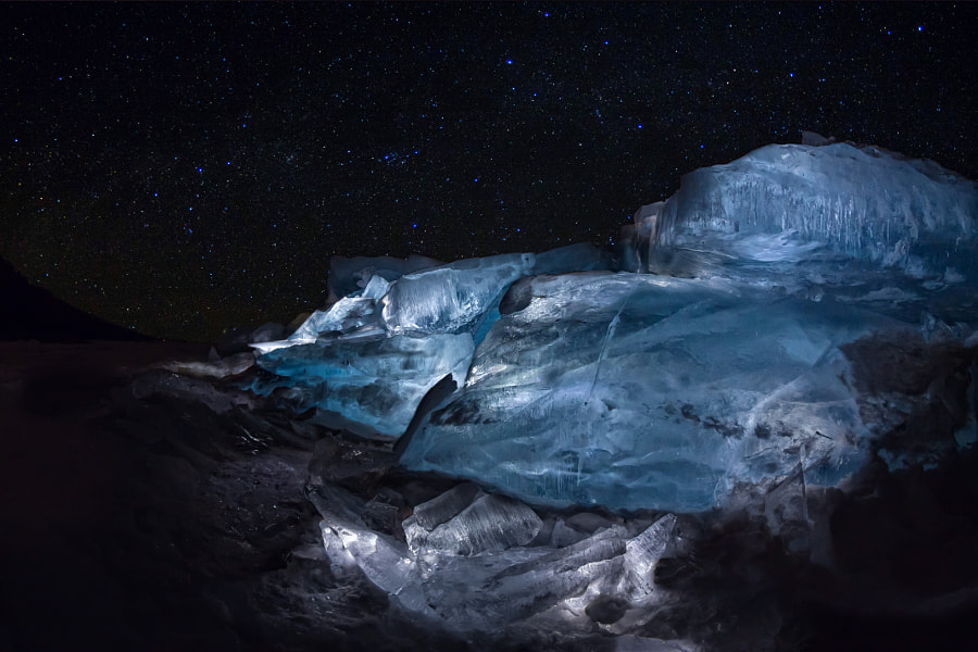 Luminous hummocks of the blue ice of Lake Baikal under the starr, автор — Aleksey Zakirov на 500px.com