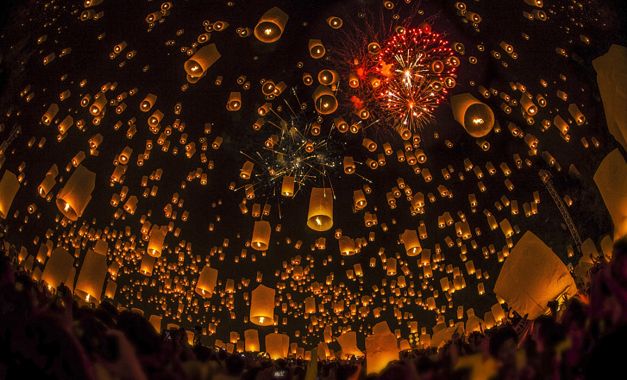 Thai people floating lamp by Anek S on 500px.com