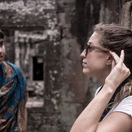Argentinians girls in Angkor, Sony ILCE-7M2, Sony FE 35mm F2.8 ZA