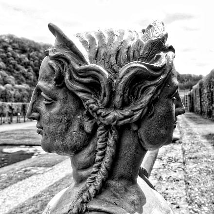 Château de Freÿr male & female statue