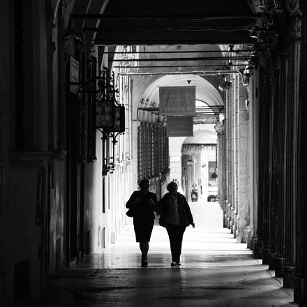 Walking under the arches, Bologna