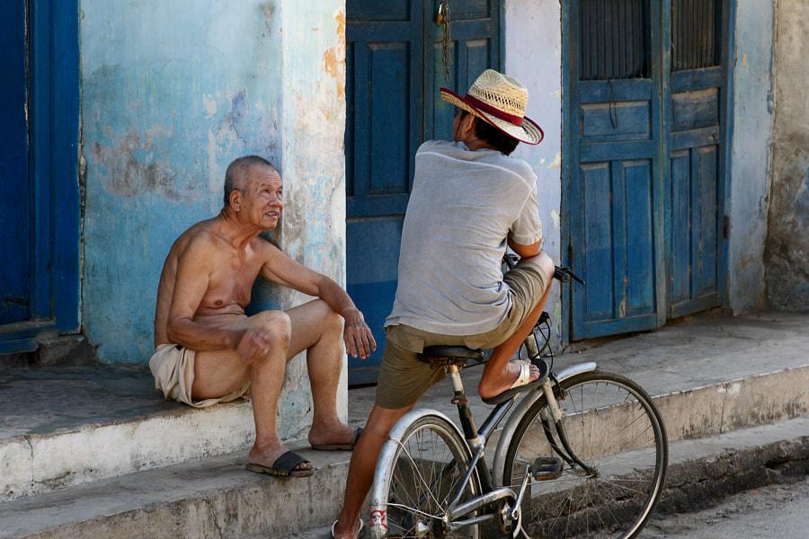 Acquaintances talking in Hoi Ann