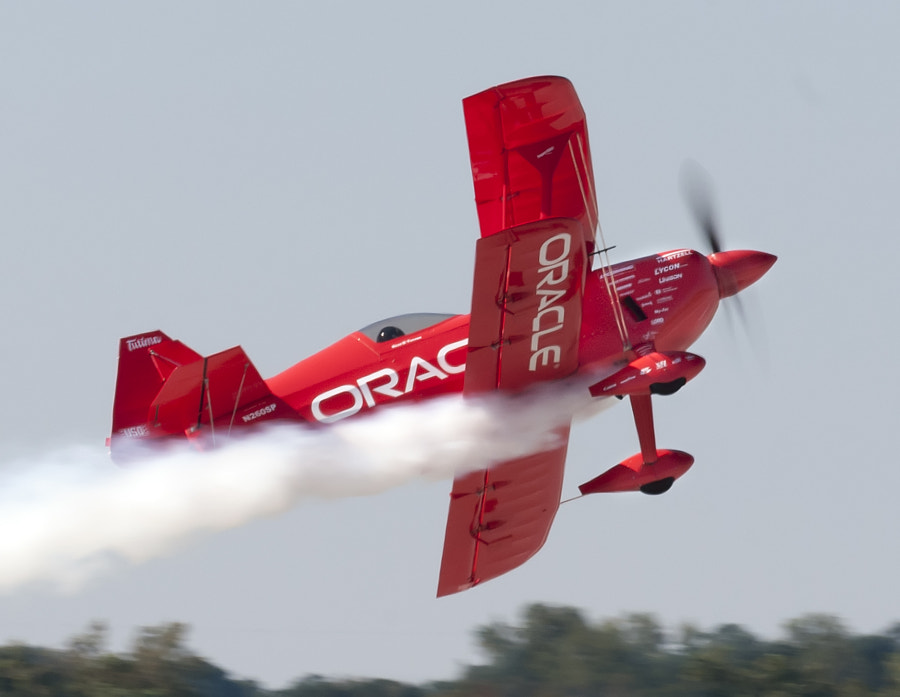 Sean D. Tucker flys the Oracle Challenger