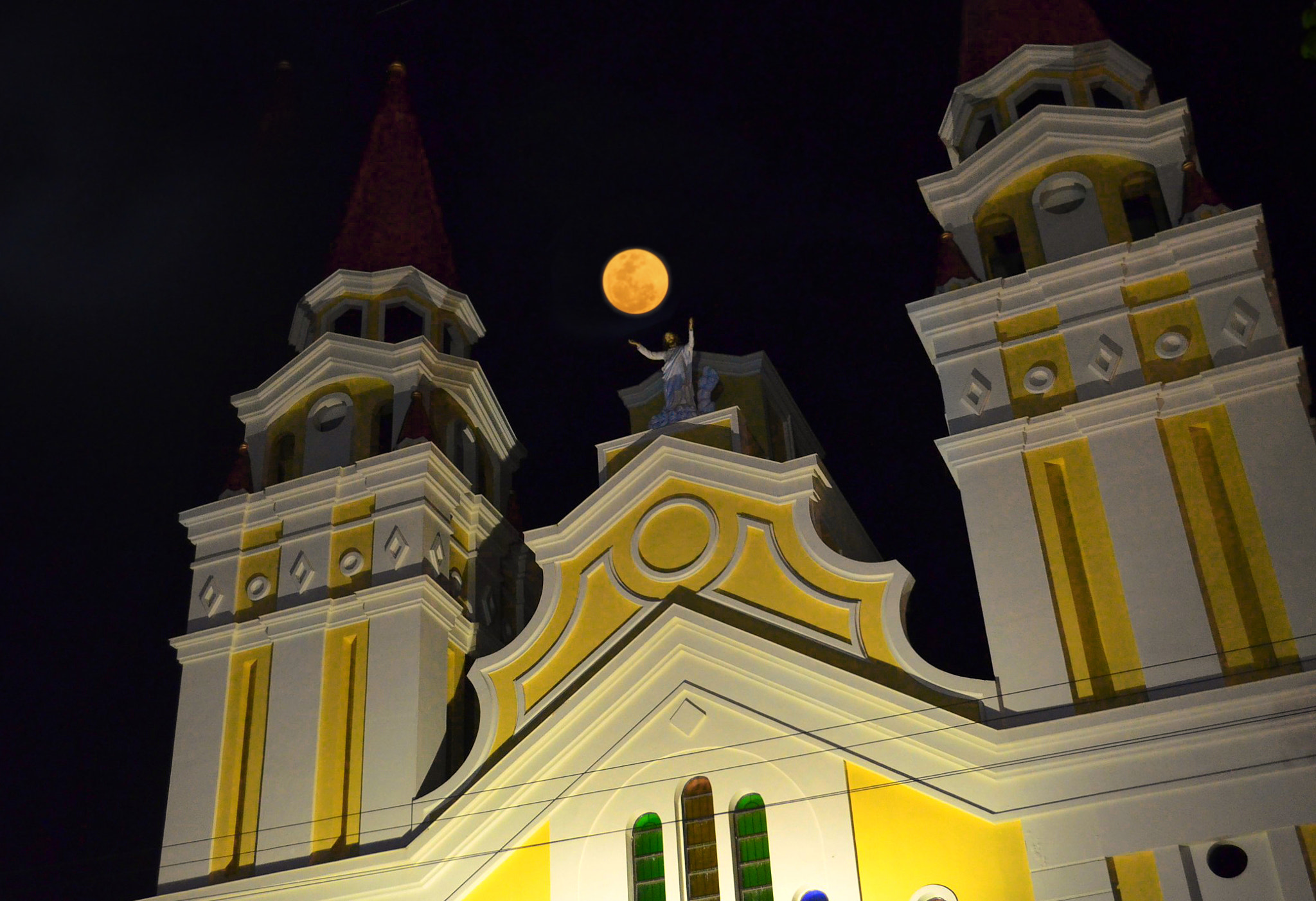 Photograph Full moon over the Cathedral by Vey Telmo on 500px