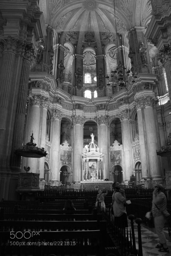 Vista de la nave central con el altar mayor