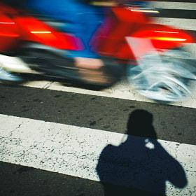 #streetphoto #streetphotography #sombra #moto #carretera #calle #pasopeatones #movimiento #shadow...