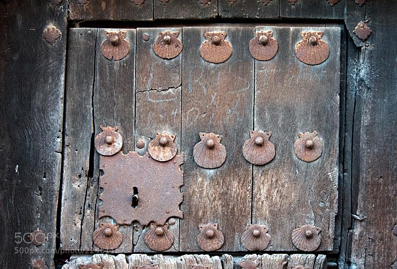 Camino de Santiago 2012  Villa Mayor - Torres del Rio I __________________________  Detalles de la vieja puerta, con símbolos del camino en Villa Mayor.