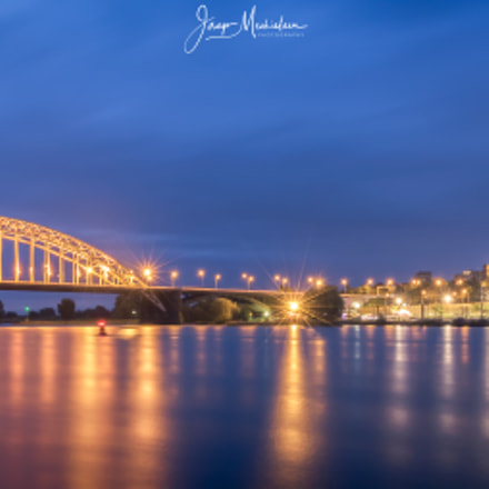 Waalbrug blue hour