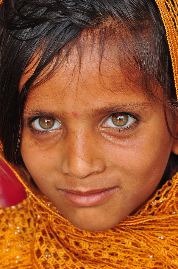 I was lucky to meet this little girl and her family at Rajasthan, India. All the women of this family have these rare and superb eyes!