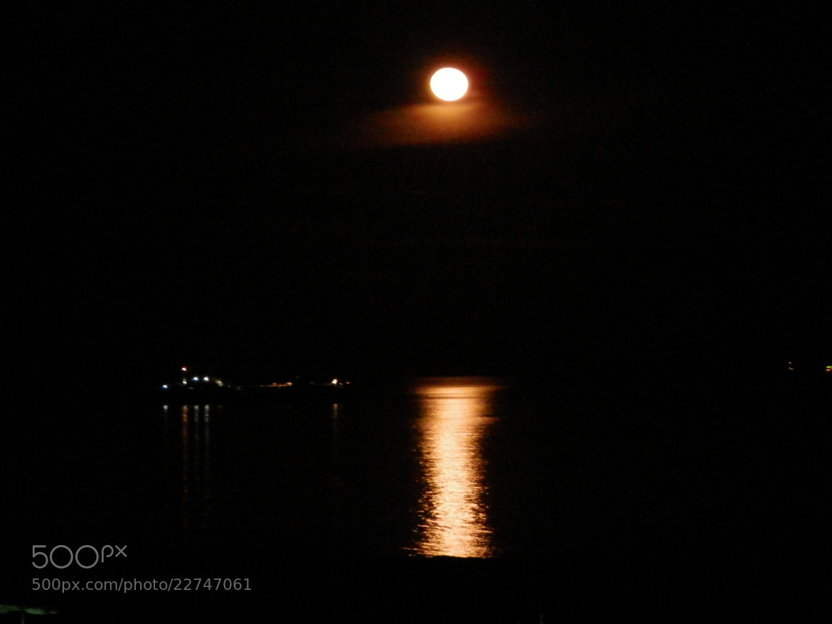 Photograph Luna sobre la Bahía de Puerto La Cruz by Victor Palmitesta on 500px