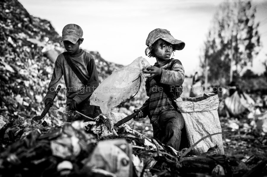 Photograph Burmese refugee children scavenging for anything of value at the Mae Sot rubbish dump, Thailand by Eduardo de Francisco on 500px