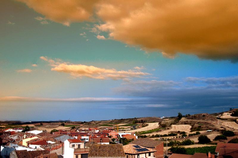 Camino de Santiago 2012  Logroño - Ventosa __________________________  Me he planteado llegar a Ventosa en esta etapa, es un pueblo muy pequeño, casi una aldea, y mis recuerdos de Caminos anteriores me empujan hacia ese lugar.  El camino des de Logroño a Ventosa es muy agradable y nada complicado pues pasa por los maravillosos viñedos de La Rioja, no olvidemos que estamos en el corazón de la tierra del vino   El Camino por los viñedos es muy bonito pero durante unos cuantos kilómetros va paralelo a la autopista y se hace muy desagradable, recuerdo el año en que la estaban construyendo que pase por el lugar, la gran cantidad de camiones que te ahogaban al pasar con el polvo,   Mantengo una buena conversación con el dueño de un viñedo, sentado a la sombra del puente mientras el motor del tractor llenaba el depósito de agua de una acequia   Que tal?   Tendremos buen vino este año?   Ha llovido poco, como ves tenemos que regar,  El cultivo del viñedo exige mucho trabajo y numerosos cuidados durante todo el año y luego nos limitan la producción,  Si pasaras otro año en esta época verías cantidad de racimos cortados en el suelo.   Racimos cortados?   Limitan la producción?  Como es eso?   Quien la limita?   El consejo regulador de la Rioja, la limita, no puedes pasar de una cierta cantidad de Kilos por hectárea,  Y tienes como una cartilla, que ellos te la sellan, te mandan una carta certificada a casa y tienes que cumplir, si produces más de lo que ellos te dicen luego no te lo compran.   Quiero quedarme en el Albergue San Saturnino de Ventosa, tengo buenos recuerdos   Enrique, abogado y dueño del albergue. por lo tanto hospitalero siempre tan amable con todos, y tiene una buena colección de botellas de orujo de todo lo imaginable, nueces, castaña, mora, higo, y unas semillas que coge en el campo después de la primera helada del invierno, me explico el proceso que no lo recuerdo, y muchas variedades mas, me invito a probar el de higo y el de nueces, wwwwooooooooo, que pu
