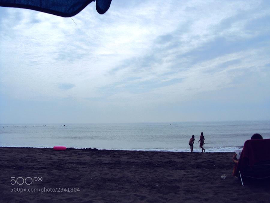 Mis primeros pasos en 500px.com  fueron con esta Sony. Hice 40, 50 fotos y la abandone por la Canon 1000D. El otro día me la lleve a la playa y me encantó.