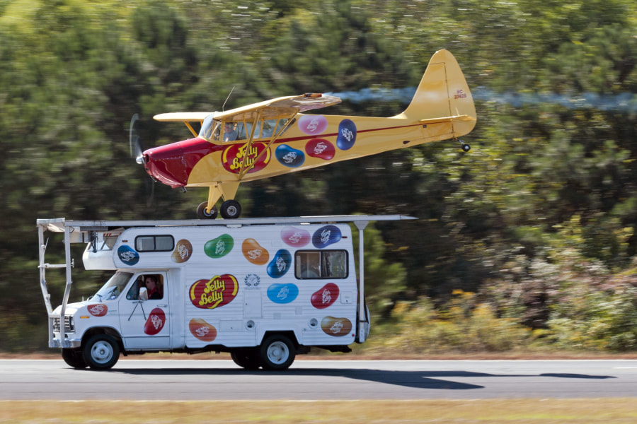 Kent Pietch lands his Jelly Belly plane on the Jelly Belly RV