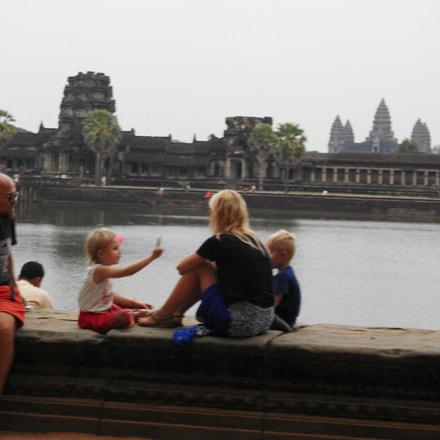 A family in Angkor, Nikon COOLPIX P900s