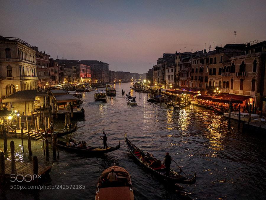 Ponte di Rialto, Venice by ChukaUdoji