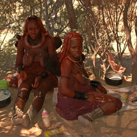 Himba women sitting, Nikon D70, Sigma 18-200mm F3.5-6.3 DC