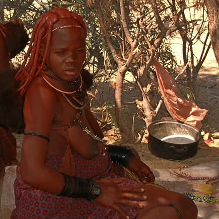 Himba woman sitting, Nikon D70, Sigma 18-200mm F3.5-6.3 DC
