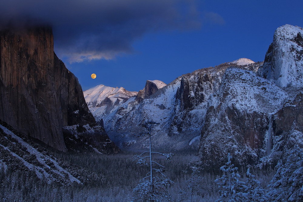 Photograph Full Moon Rising  by Alan Chan on 500px