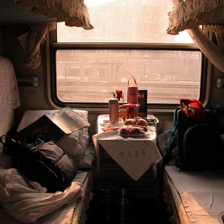 在上海往石家莊的火車上,窗外天寒地凍,所幸軟臥車廂裏還算溫暖,右邊的婦人是來自花蓮,準備一起跟我去自助遊,這是我們的第一天, Nikon E5700